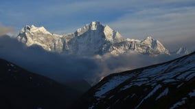 Tramonto in Dhole, vista del Mt Thamserku ed altre alte montagne Fotografia Stock