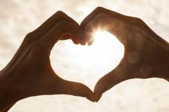 Tramonto di alba del cuore della mano Immagini Stock Libere da Diritti