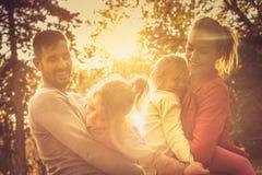 Tramonto di autunno Famiglia divertente fotografia stock