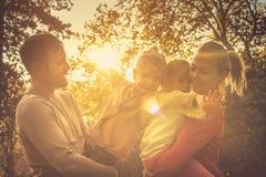 Tramonto di autunno Famiglia divertente immagini stock libere da diritti