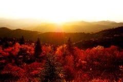 Tramonto di autunno sopra le montagne Immagine Stock