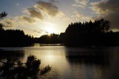 Tramonto di autunno sopra un lago immagine stock