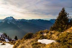 Tramonto di autunno sopra un lato erboso della montagna immagine stock libera da diritti