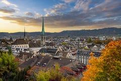 Tramonto di Beauitful sopra Zurigo in autunno immagini stock libere da diritti