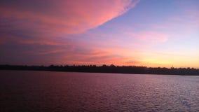 Tramonto di Beautyful con il lago del viewe immagini stock libere da diritti