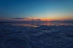 Tramonto di bellezza sul lago salato Fotografia Stock