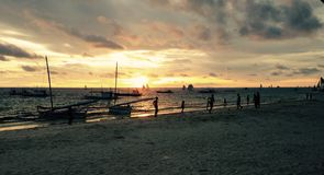 Tramonto di Boracay con le barche allegre Immagine Stock