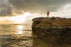 Tramonto di Brown alla spiaggia di Ao Nang, Krabi, Tailandia fotografia stock libera da diritti