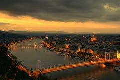 Tramonto di Budapest con gli indicatori luminosi della città fotografie stock libere da diritti