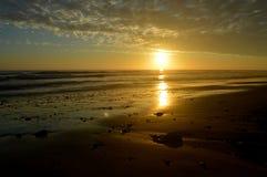 Tramonto di California con le nuvole arancio luminose Immagine Stock