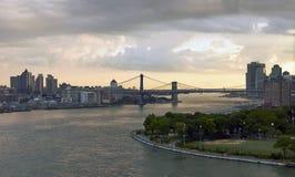 Tramonto di East River dal ponte Immagini Stock