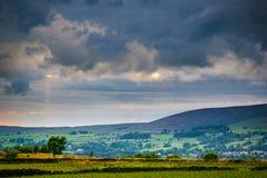 Tramonto di estate con i raggi del sole attraverso le nuvole Immagini Stock Libere da Diritti