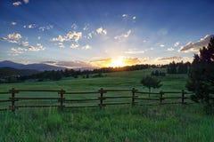 Tramonto di estate delle colline pedemontana fotografia stock libera da diritti