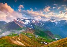 Tramonto di estate di Colorul sopra Grossglockner famoso alto Roa alpino Fotografia Stock Libera da Diritti