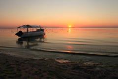 Tramonto di estate di vista sul mare con la barca Immagine Stock