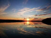 Tramonto di estate in lago fotografia stock