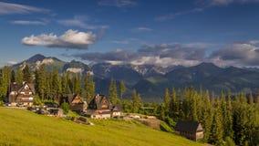 Tramonto di estate in piccolo villaggio dei precedenti di Tatras, Polonia, timelapse archivi video