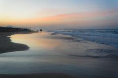 Tramonto di estate su una spiaggia spagnola quasi vuota del mediterraneam Immagini Stock