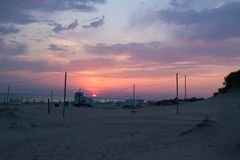 Tramonto di estate sulla spiaggia sabbiosa del Mar Nero Immagini Stock Libere da Diritti