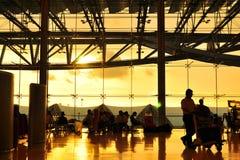 Tramonto di illuminazione dell'oro all'aeroporto fotografie stock
