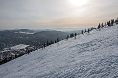 Tramonto di inverno della neve del pendio di montagna Fotografie Stock Libere da Diritti