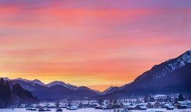 Tramonto di inverno di Colotful a Garmisch-Partenkirchen in alpe bavarese Fotografie Stock