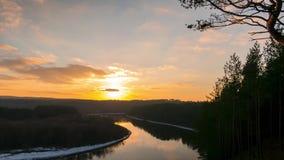 Tramonto di inverno sopra il fiume video d archivio