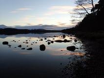 Tramonto di inverno sopra il lago Morlich, altopiani, Scozia fotografia stock libera da diritti