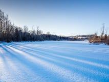 Tramonto di inverno sopra l'azienda agricola del paese di A immagine stock
