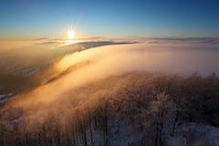 Tramonto di inverno sopra le nubi Immagini Stock Libere da Diritti