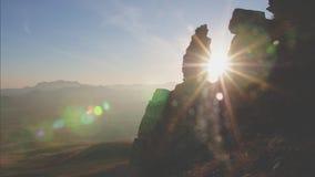 Tramonto di lasso di tempo nelle montagne che il sole si muove da una roccia verso un altro archivi video