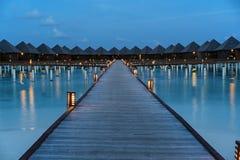 Tramonto di lusso delle ville dell'acqua in Maldive immagini stock