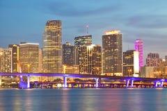 Tramonto di Miami Florida sopra le costruzioni del centro Fotografie Stock