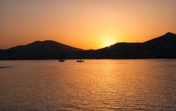 Tramonto di Naussa Naoussa è una baia enorme nella parte settentrionale di Paros, Grecia immagine stock libera da diritti