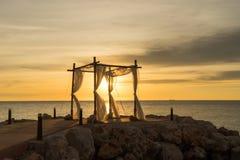 Tramonto di nozze alla spiaggia Fotografia Stock