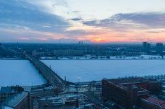 Tramonto di orario invernale sopra il fiume di Daugava, Riga Immagine Stock