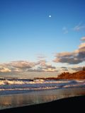 Tramonto di Pacifico della luna piena Immagini Stock