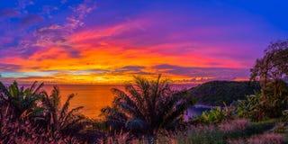 tramonto di paesaggio alla spiaggia nascosta di paradiso a Phuket Fotografia Stock Libera da Diritti