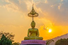 tramonto di paesaggio dietro il Buddha dorato in Chiang Rai Immagine Stock Libera da Diritti