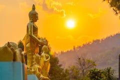 tramonto di paesaggio dietro il Buddha dorato in Chiang Rai Fotografia Stock Libera da Diritti