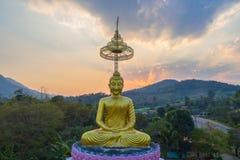 tramonto di paesaggio dietro il Buddha dorato in Chiang Rai Immagine Stock
