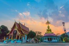 tramonto di paesaggio dietro il Buddha dorato in Chiang Rai Fotografie Stock