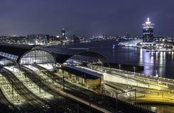 Tramonto di paesaggio urbano della stazione ferroviaria di Amsterdam Immagine Stock
