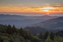 Tramonto di Rolling Hills di Santa Cruz Mountains e dell'oceano Pacifico Immagine Stock Libera da Diritti