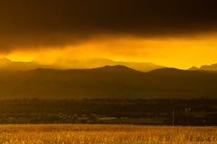 Tramonto di Smokey sopra Boulder fotografie stock libere da diritti