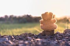 Tramonto di sorveglianza del giocattolo della bambola dell'orsacchiotto da solo con il vecchio tono d'annata Immagine Stock