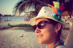Tramonto di sorveglianza della bella ragazza alla spiaggia Fotografia Stock Libera da Diritti