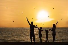 Tramonto di sorveglianza della famiglia felice immagini stock libere da diritti