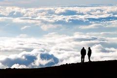Tramonto di sorveglianza della siluetta turistica sulla cima del volc di Haleakala Fotografie Stock