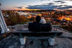 Tramonto di sorveglianza delle coppie adorabili in Sandefjord Vestfold Norvegia fotografie stock